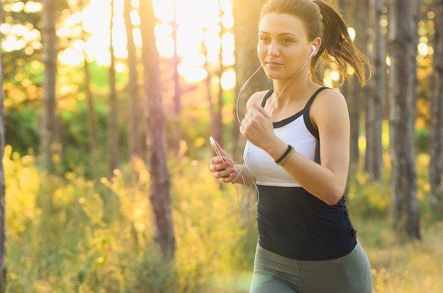 femme faisant du sport avec des ecouteurs