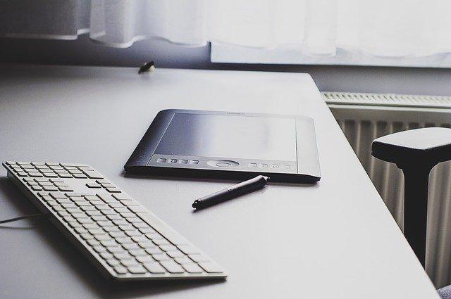 une tablette et un clavier