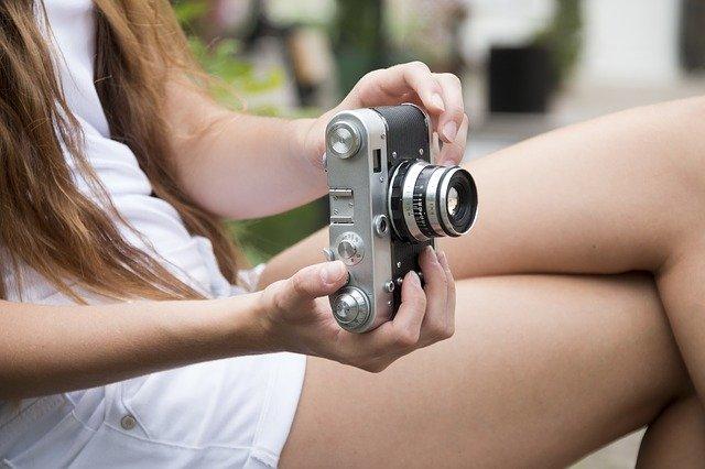 une femme avec une belle camera